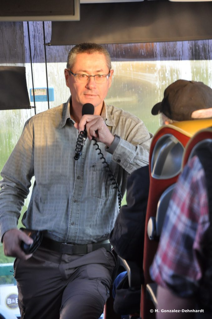 Markus Klauer erklärt im Reisebus den Teilnehmern Details zur Schlacht um Verdun