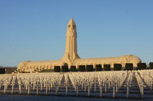 Gebeinhaus von Verdun mit vorgelagertem Nationalfriedhof