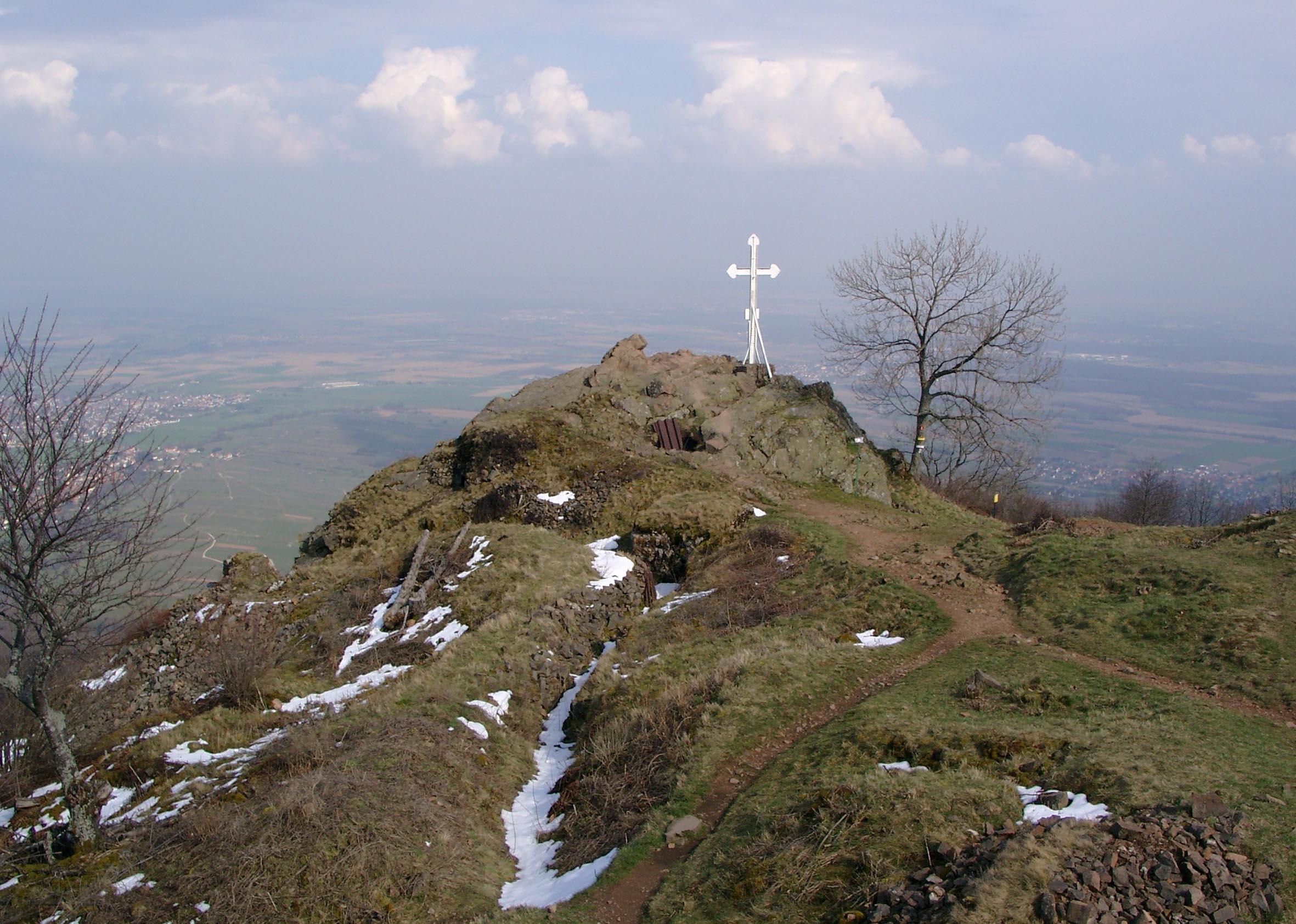 Gipfelkreuz des Hartmannsweilerkopfes mit umliegenden Befestigungsanlagen