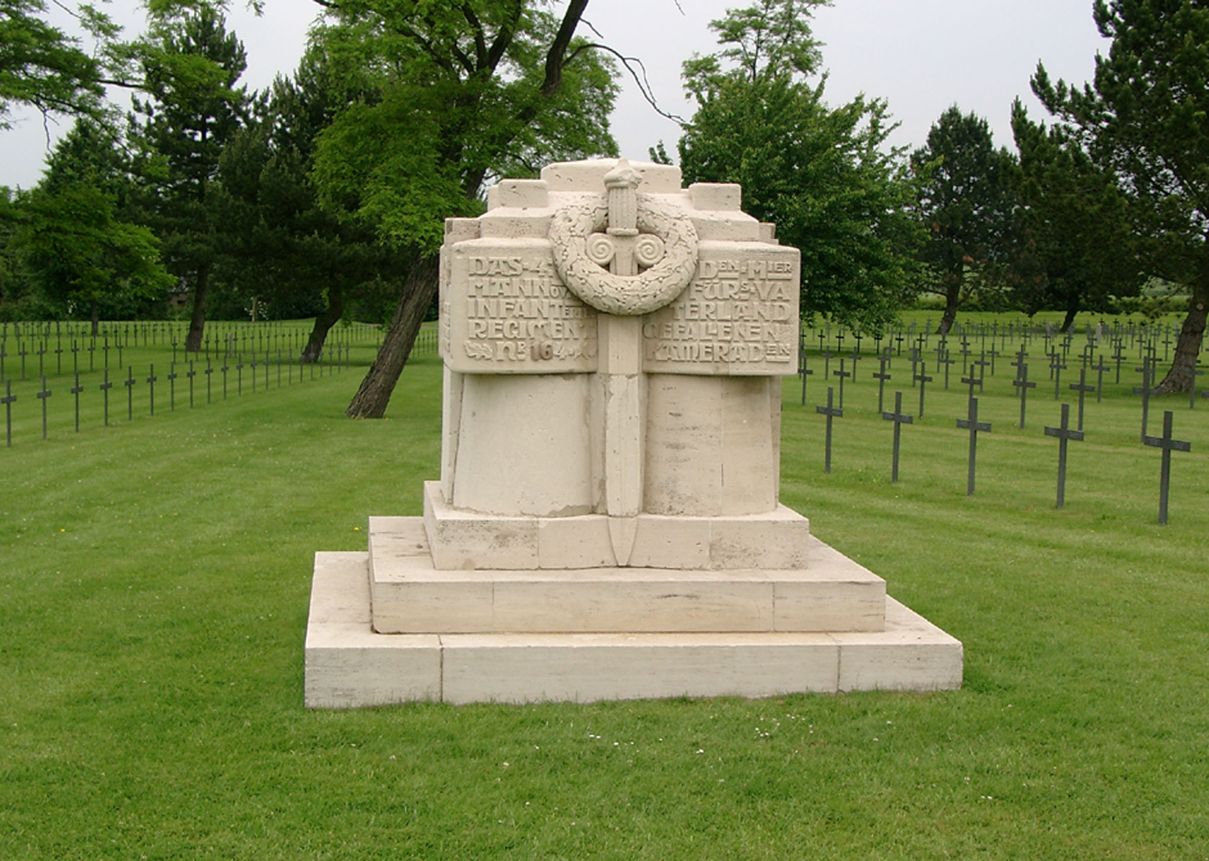 Denkmal des Infanterie-Regiments 164 auf dem deutschen Soldatenfriedhof Neuville-St.-Vaast
