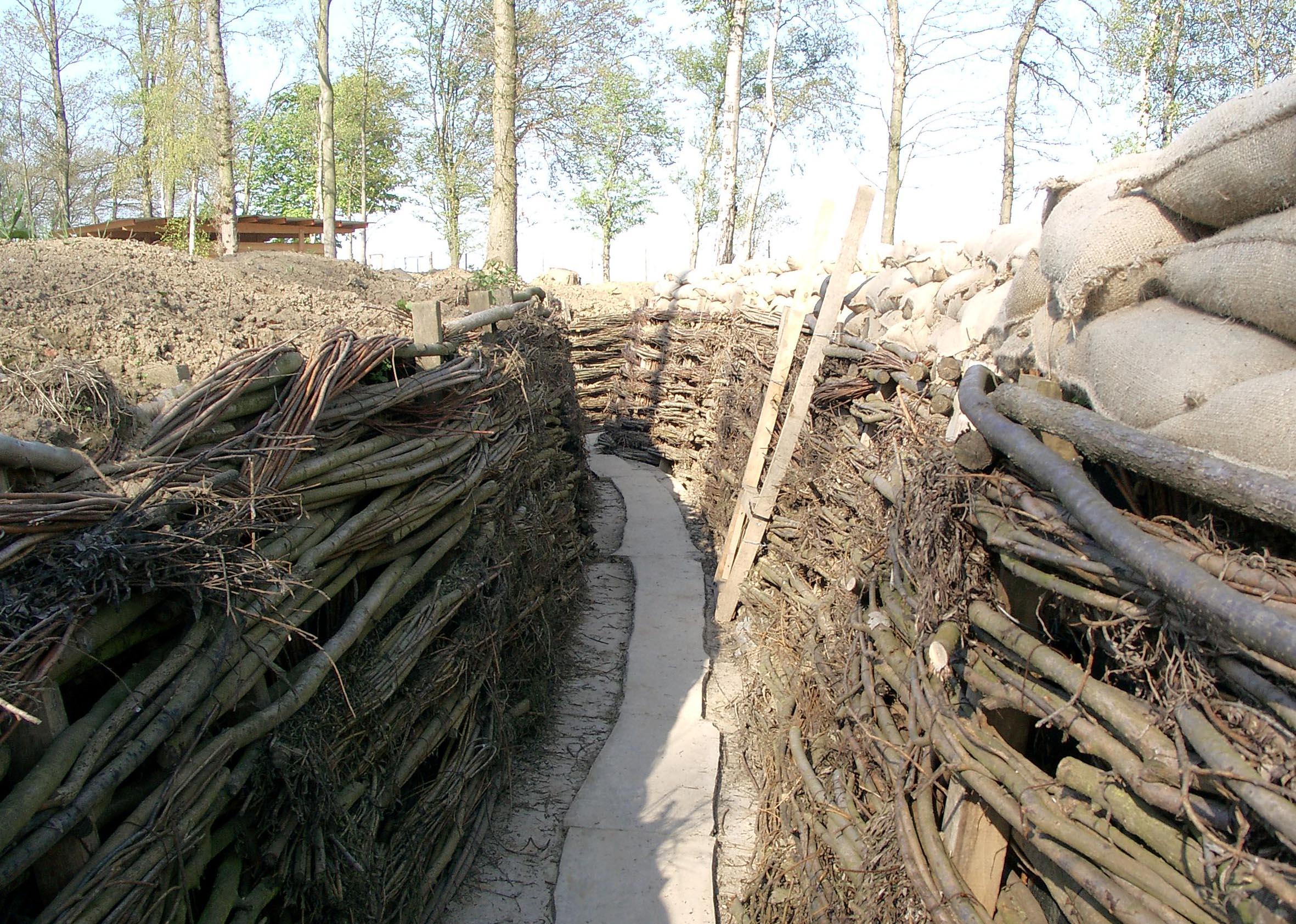 Wieder hergerichtete deutsche Schützengräben im Bayern-Wald