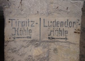 Inschriften in einem unterirdischen Steinbruch, der Tirpitz+Ludendorff-Höhle