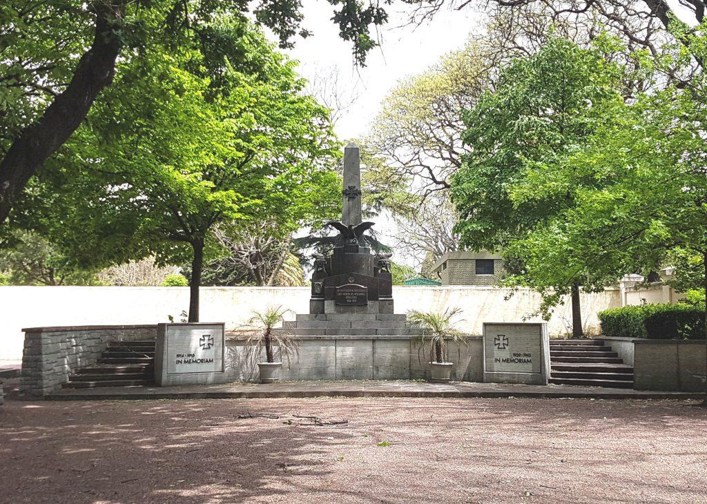 Denkmal für die gefallenen deutschen Soldaten des Ersten und Zweiten Weltkrieges auf dem deutschen Friedhof in Buenos Aires