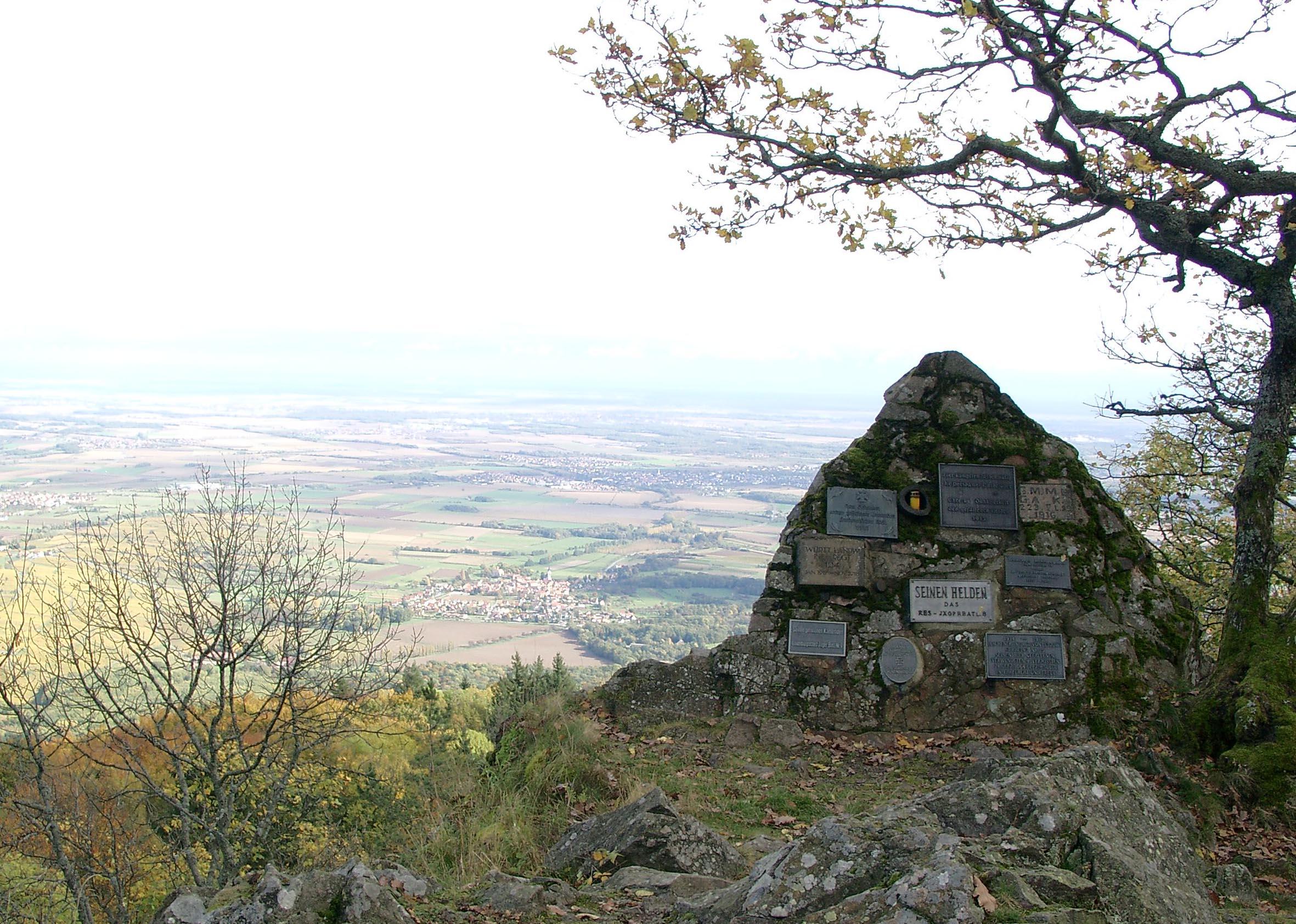 Aussichtsfelsen mit deutschen Gedenktafeln am Hartmannsweilerkopf