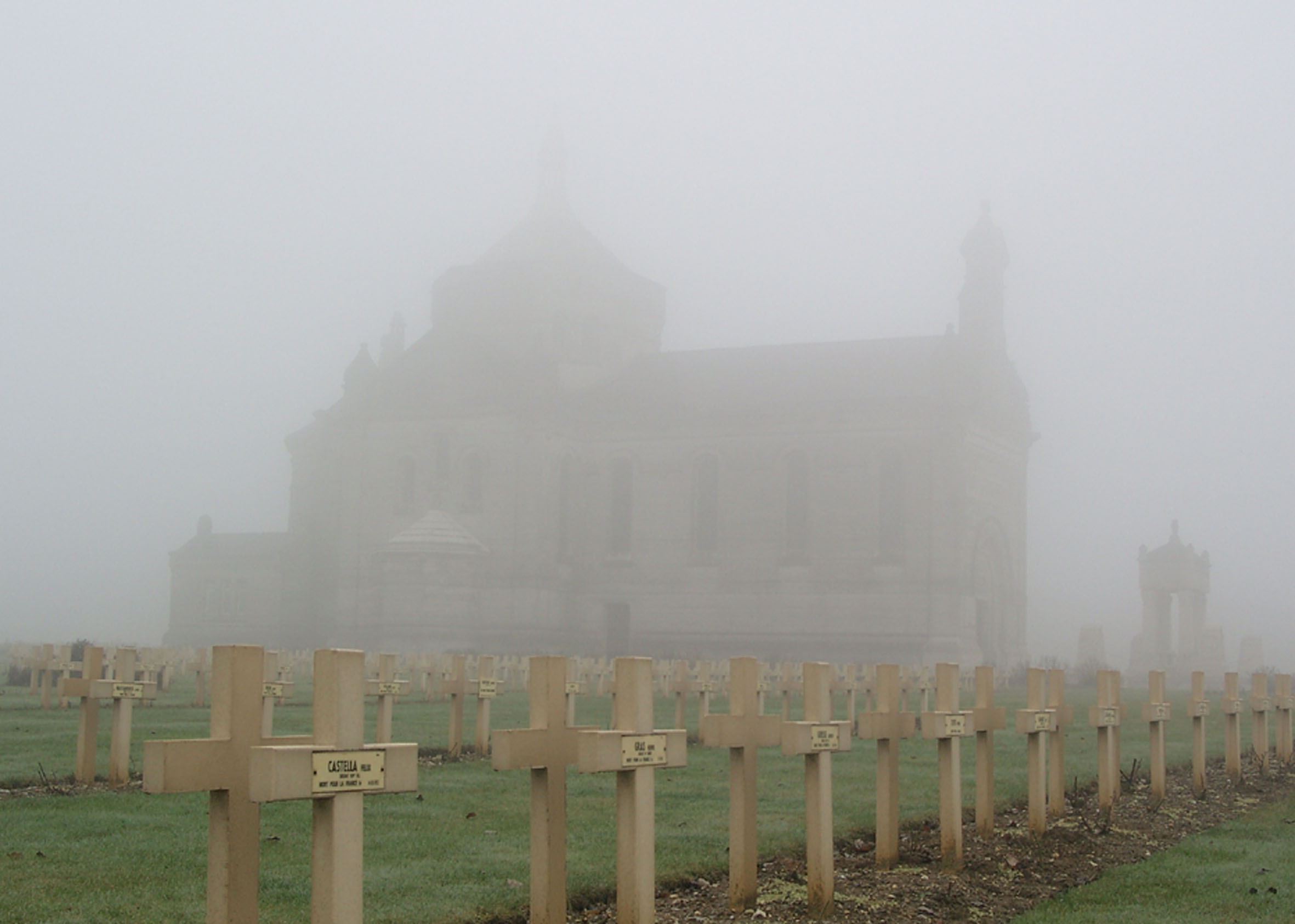 Basilika auf der Loretto-Höhe inmitten des französischen Nationalfriedhofes