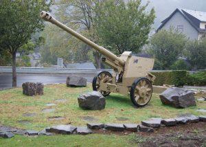 Deutsche Panzerabwehrkanone vor dem Ortseingang von Clervaux
