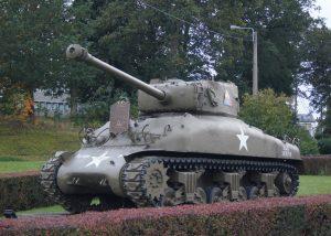 Sherman M4A1bei Vielsalm mit einer Gedenktafel für den Einsatz der 7. amerikanischen Panzerdivision